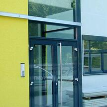 Eingangstüre - Alu doppelflügelig mit Nirostagriffstange